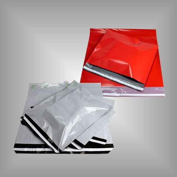 Versandtaschen in rot und grau